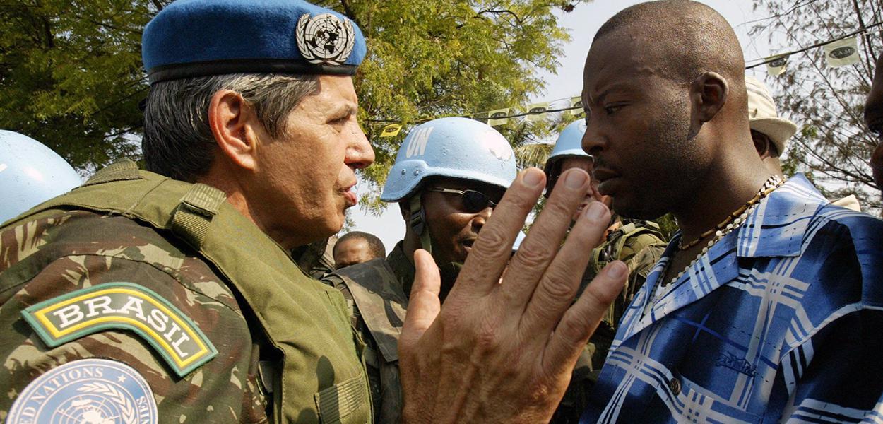 Augusto Heleno: o general fala com líder de grupo de apoiadores do ex-presidente haitiano Jean-Bertrand Aristide sobre a rota que uma manifestação deveria tomar em 29 de março de 2005