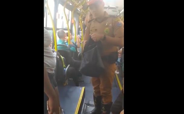 Policial revista bolsa de mulher negra