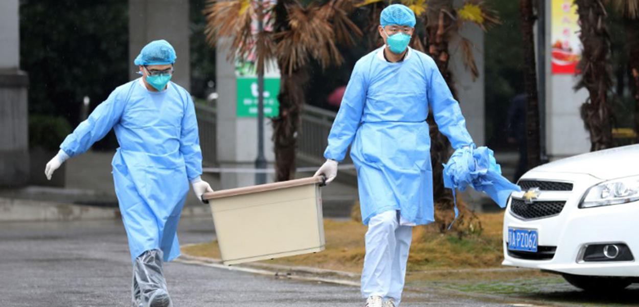 Funcionários do hospital Jinyintan carregam caixa em Wuhan, onde pacientes com pneumonia causada por novo coronavírus estão sendo tratados