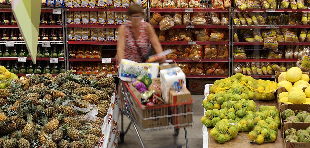 Mulher faz compras em supermercado de São Paulo