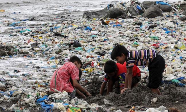 Um mar de resíduos de plástico