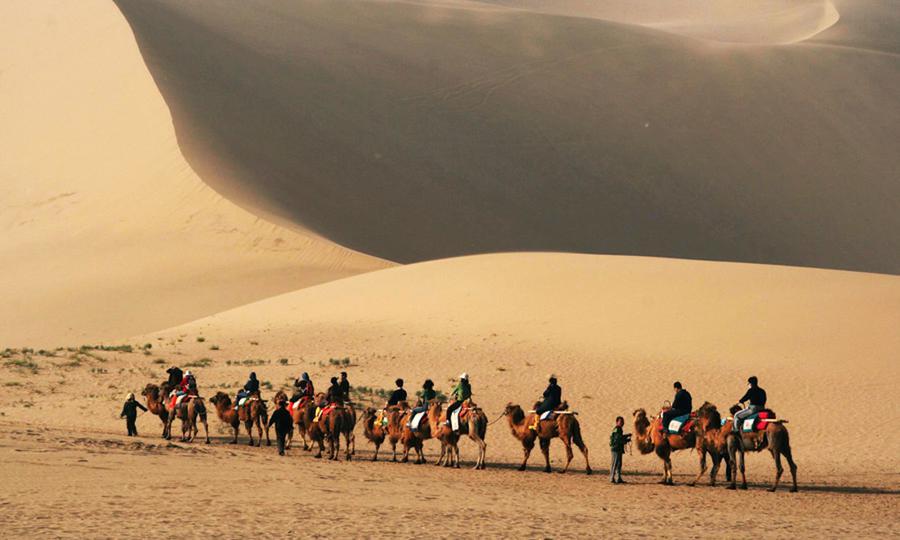 Mercadores modernos em uma trilha da antiga Rota da Seda na Ásia Central