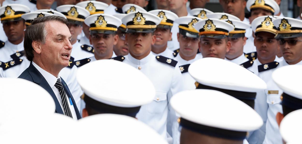 Jair Bolsonaro com formandos da Marinha