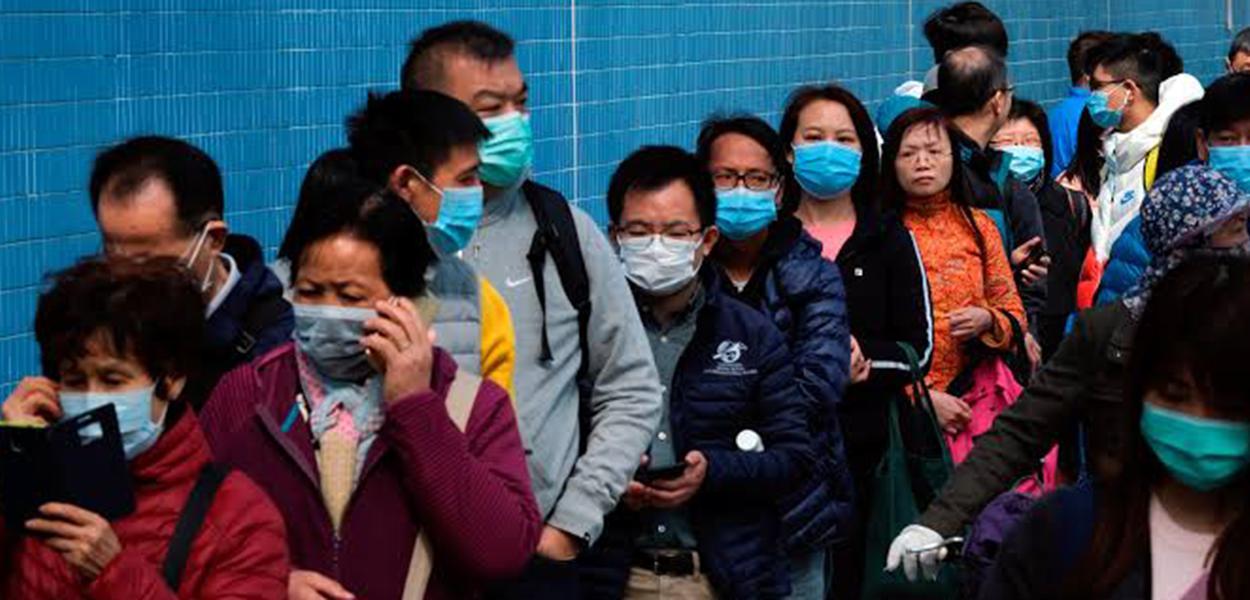 Chineses se protegem com máscaras do coronavírus