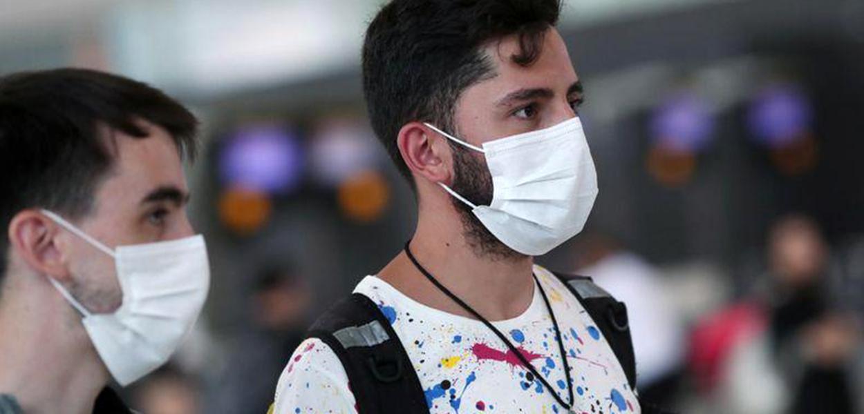 Viajantes usam máscaras no aeroporto de Guarulhos.