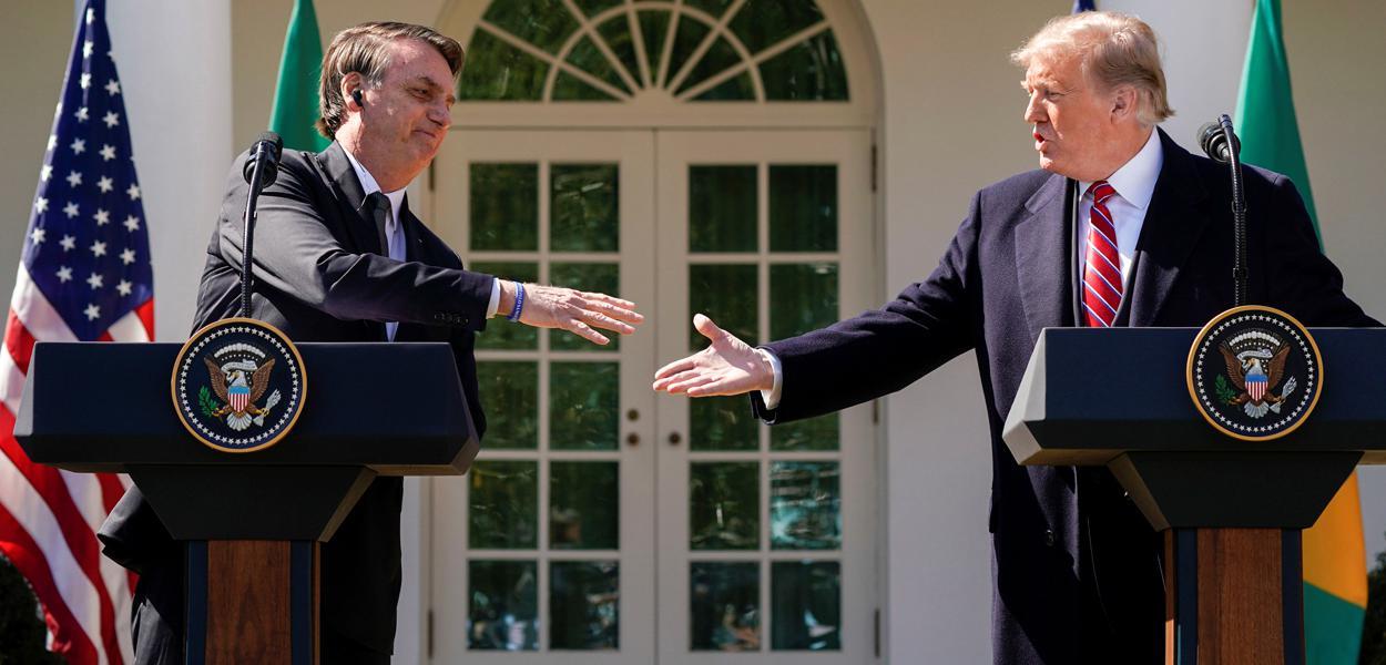 Presidente Jair Bolsonaro cumprimenta o presidente dos EUA, Donald Trump, durante encontro na Casa Branca