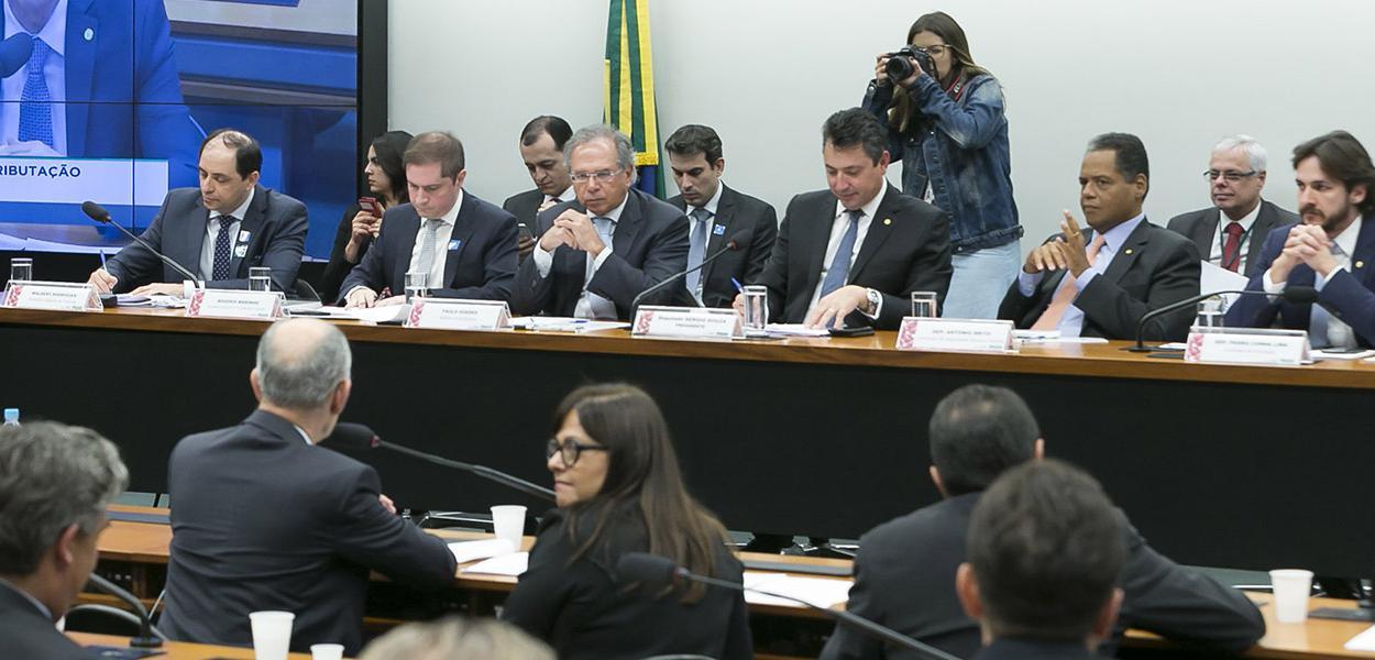 Ministro Paulo Guedes comparece à CMO para debater a reforma da previdência.