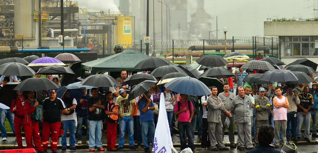 Grevistas fazem manifestação em frente a refinaria de Cubatão.