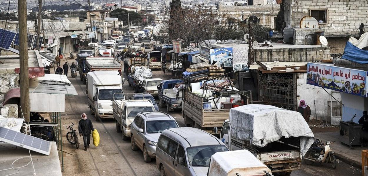 Civis fogem do norte de Idlib para encontrar um lugar seguro na Síria