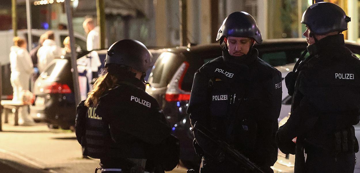 Policiais vigiam área após ataque a tiros em Hanau
