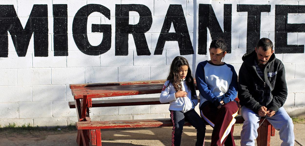 Imigrantes brasileiros deportados para o México aguardam por audiência em tribunal dos EUA