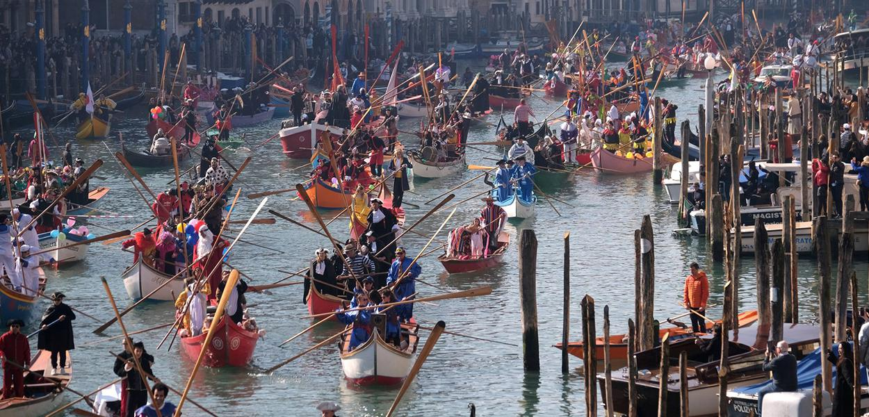 Desfile de barcos e gôndolas ao longo do Grande Canal em 2019