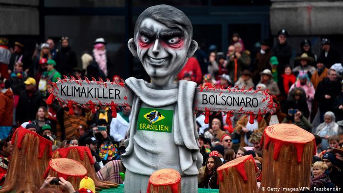 """Bolsonaro é retratado como """"assassino do clima"""" no Carnaval alemão"""