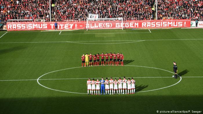 """""""Racismo mata. Todos e tudo contra o racismo"""", diz cartaz exibido por torcedores do Freiburg"""