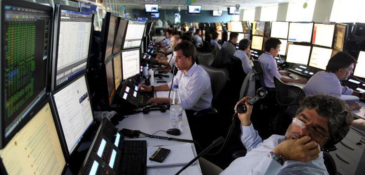 Operadores trabalham em escritório da XP em São Paulo.