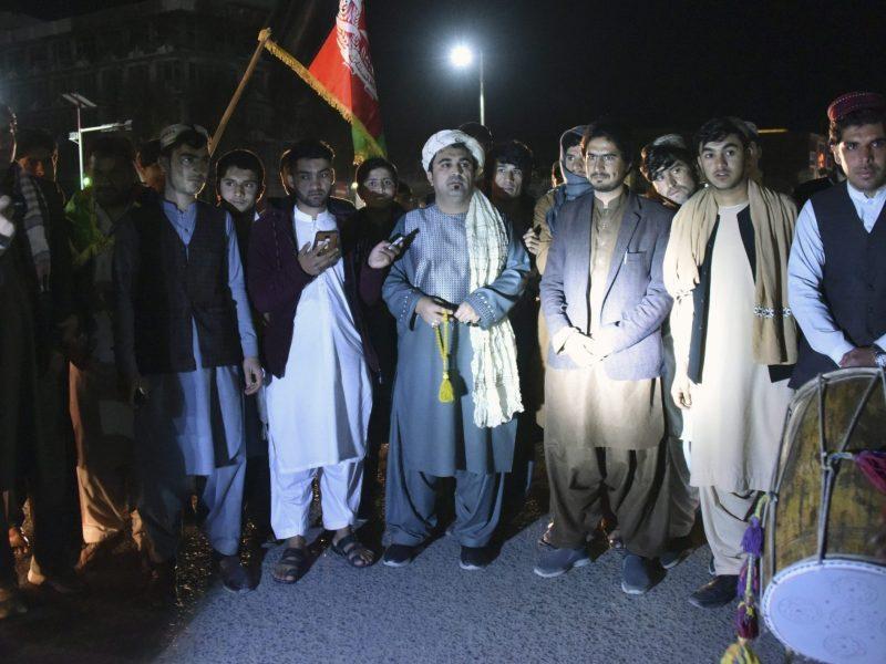 Jovens e militantes do movimento pacifista reúnem-se para celebrar a redução da violência em Kandahar