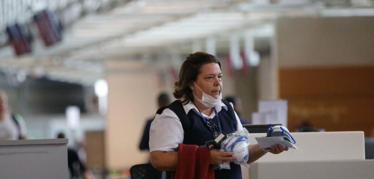 Passageiros e funcionários circulam vestindo máscaras contra o novo coronavírus (Covid-19) no Aeroporto Internacional Tom Jobim