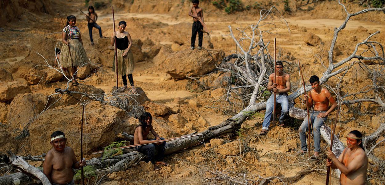 Indígenas mostram área desmatada da floresta amazônica perto de Humaitá, no Amazonas