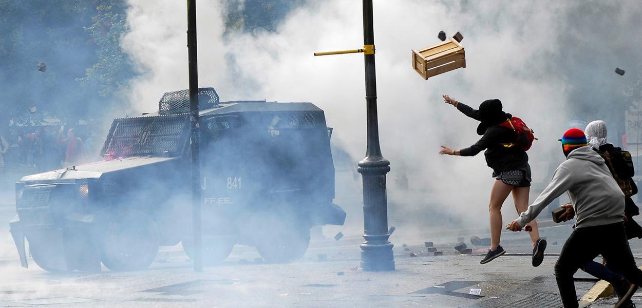 Manifestantes em confronto com a polícia no Chile, em 2 de março de 2020