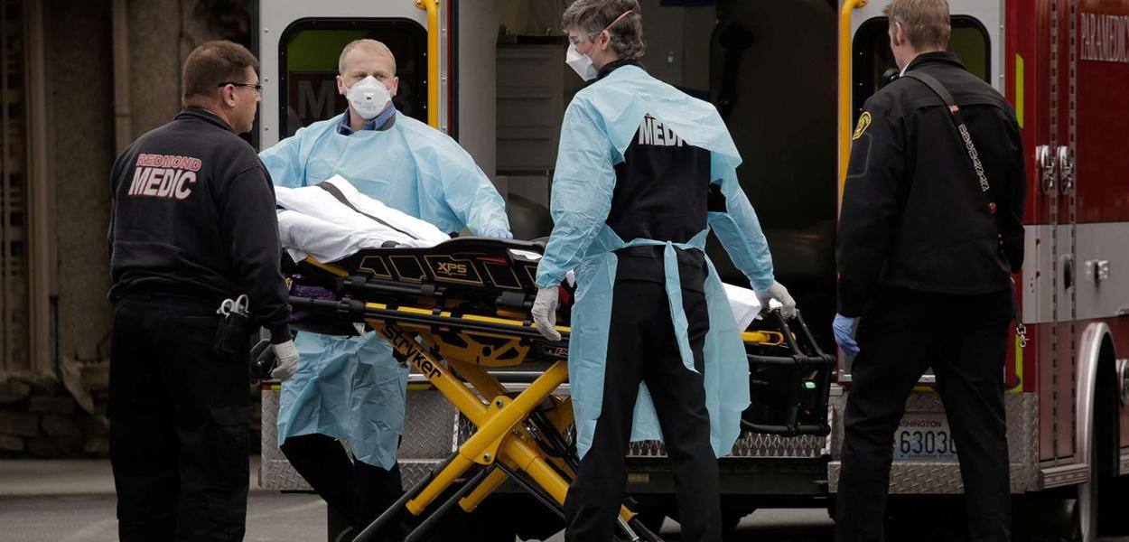 Médicos preparando paciente para ambulância