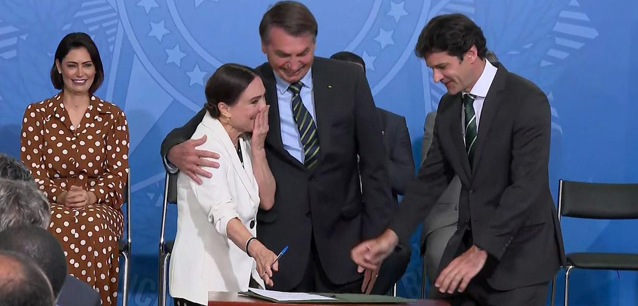 Regina Duarte assinou o termo de posse ao lado do presidente Jair Bolsonaro e do ministro do Turismo, Marcelo Álvaro Antônio