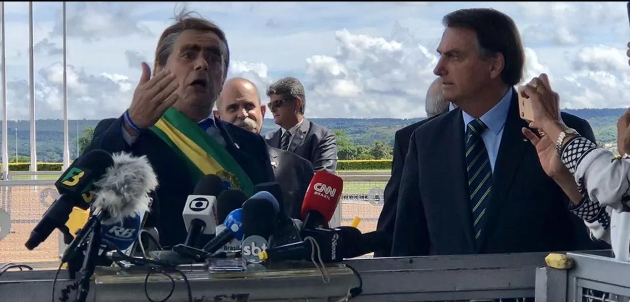 Bolsonaro leva humorista para coletiva do PIB para dar bananas aos jornalistas.