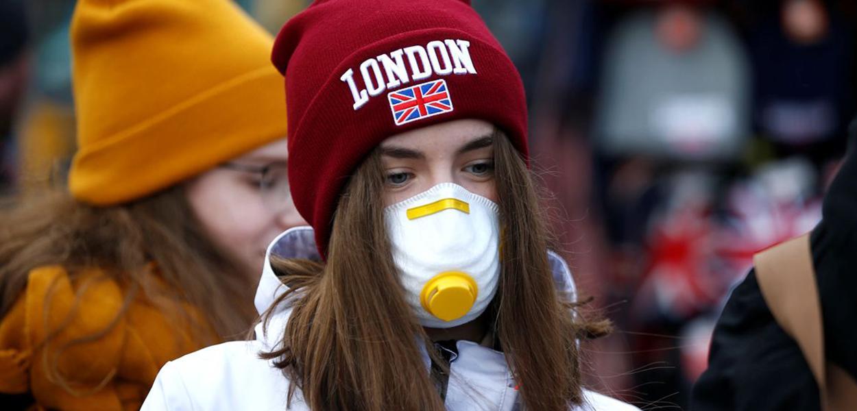 Garota usa máscara em Londres