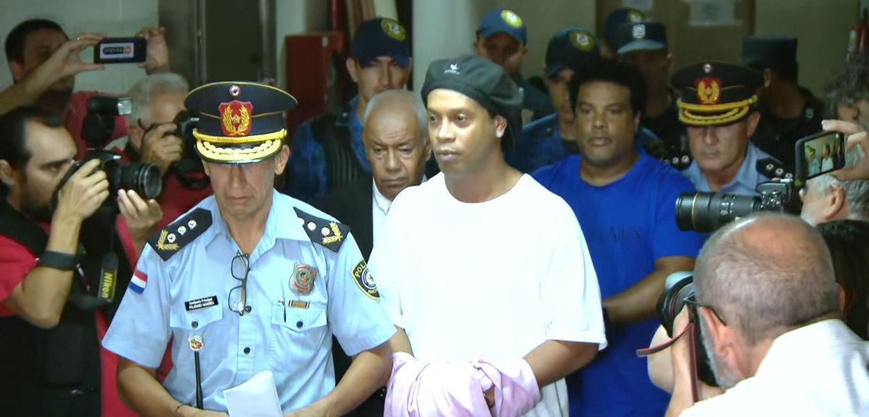 Ronaldinho Gaúcho aparece algemado em Assunção, Paraguai