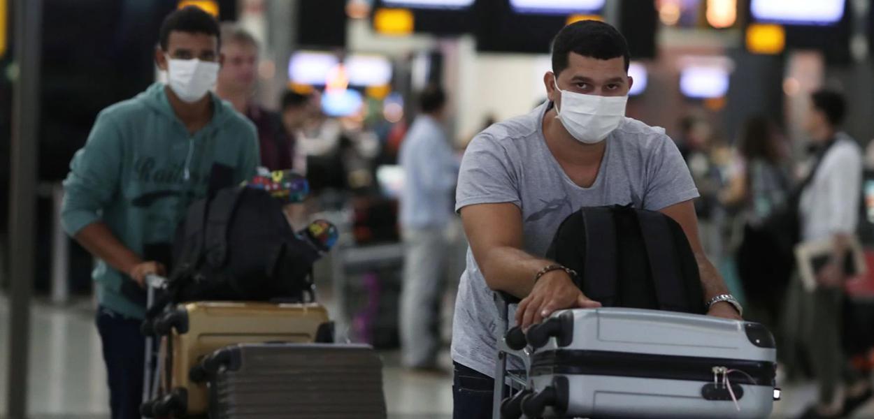 Passageiros com máscara em precaução ao coronavírus no Aeroporto de Guarulhos
