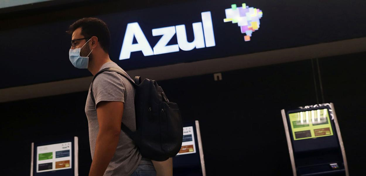 Passageiros usam máscara em frente a galpão da Azul: setor aéreo é um dos mais vulneráveis a impactos da pandemia