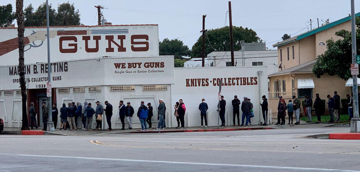 Nos EUA, população faz fila para comprar armas e munições em meio ao pânico provocado pelo coronavírus