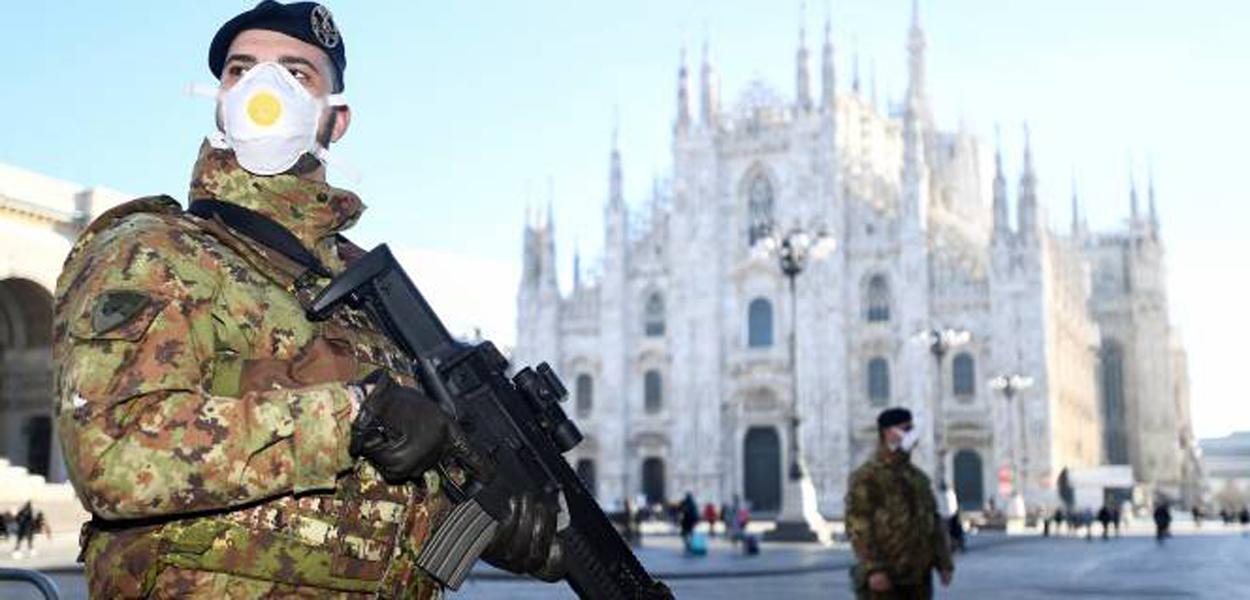 Militares usam máscaras na Catedral de Milão: ponto turístico foi fechado após surto de coronavírus na região