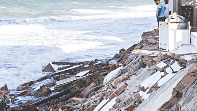 Praia de Icaraí, no Ceará, destruída pela maré