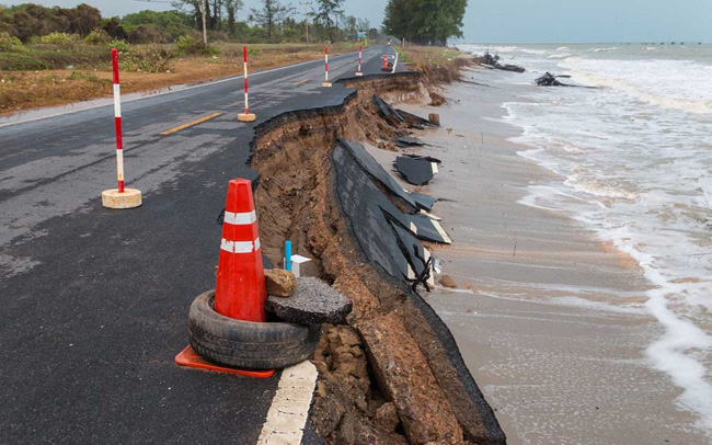 O mar invadindo estrada na costa leste dos Estados Unidos