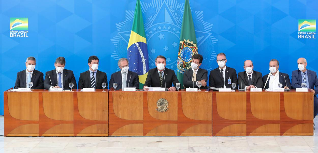 Resultado de imagem para governo bolsonaro todo de máscara