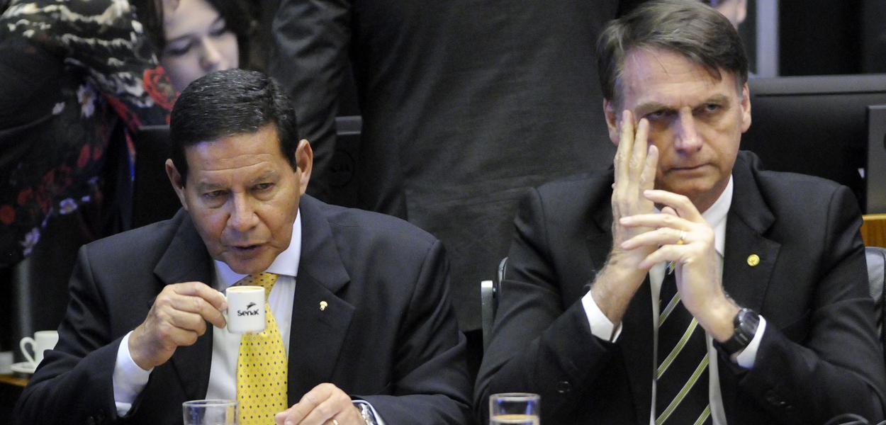Bolsonaro amplia isolamento e não conversa com Mourão sobre pandemia