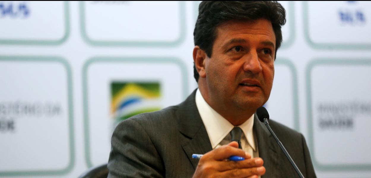O ministro da Saúde, Luiz Henrique Mandetta, confirma a primeira morte por Covid-19 em São Paulo, durante entrevista à imprensa.