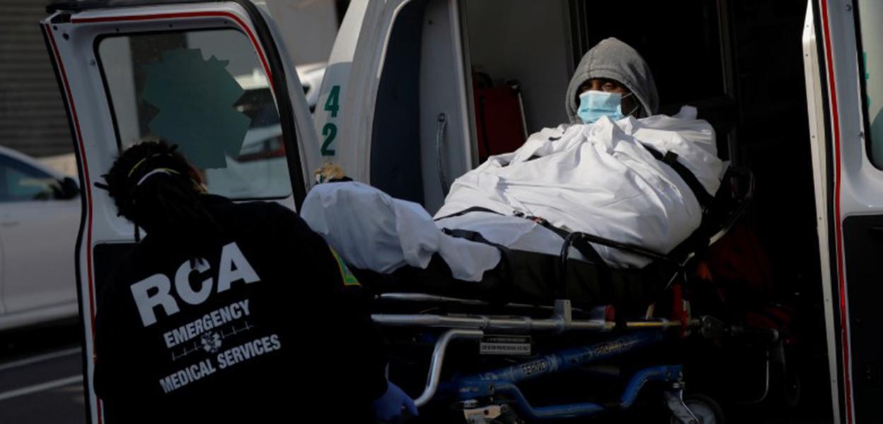 Paciente chega de ambulância ao Brooklyn Hospital Center, em Nova York (EUA)