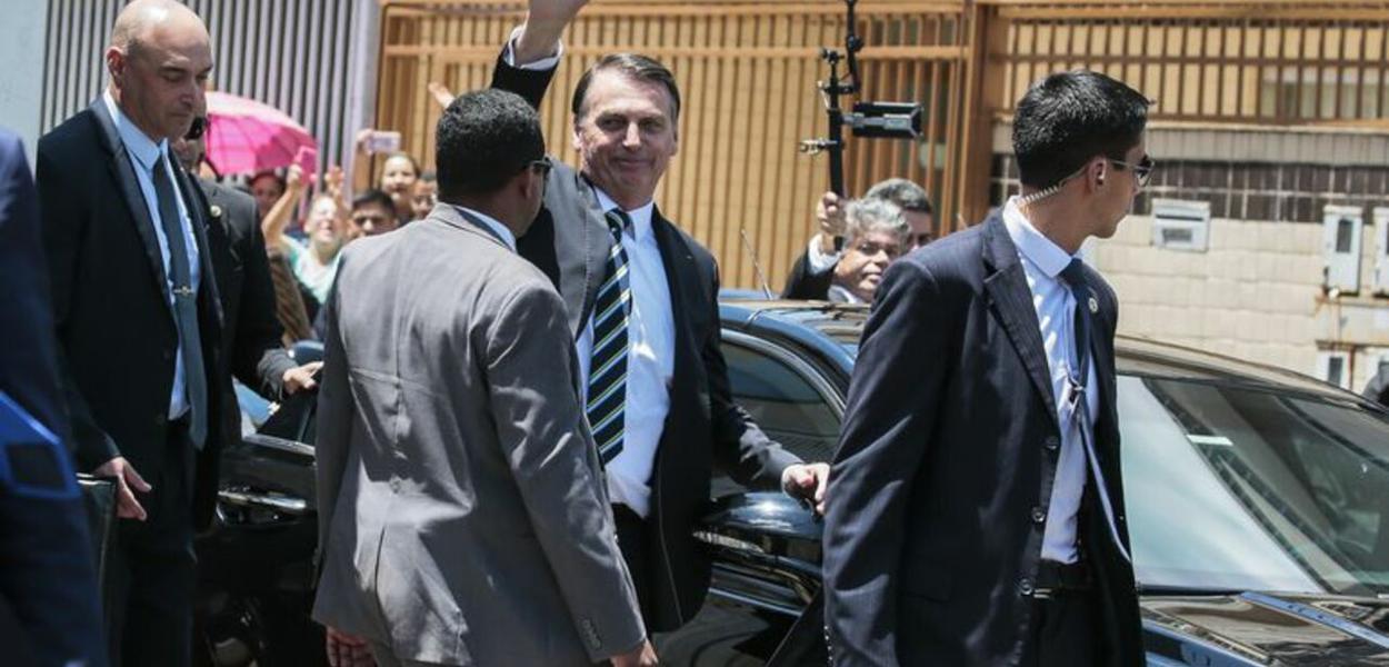Bolsonaro vai às ruas ameaçar revogar medidas de governadores e prefeitos