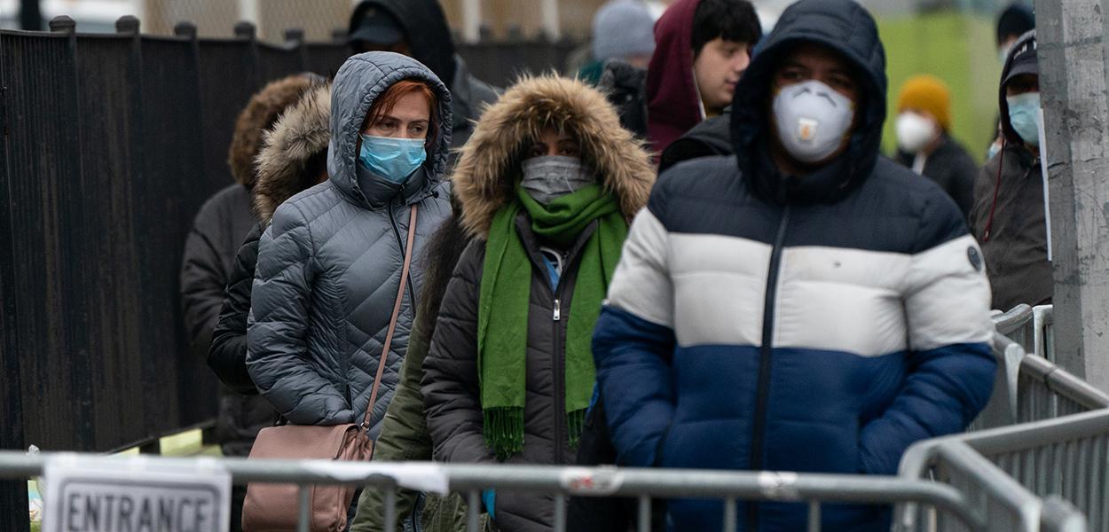 Pessoas fazem fila para serem testadas para o coronavírus, no Queens, Nova York