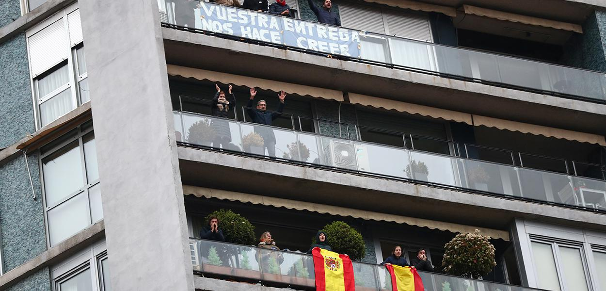 Pessoas confinadas em suas casas aplaudem agentes de saúde em Madri