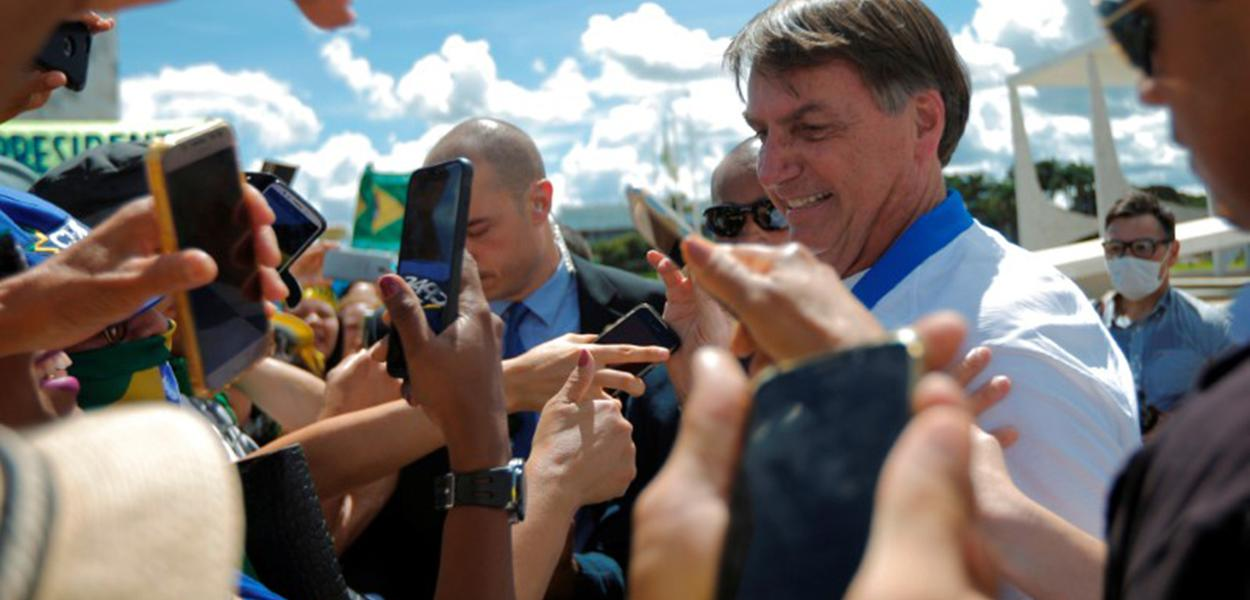 Presidente Jair Bolsonaro cumprimenta apoiadores em frente ao Palácio do Planalto durante manifestação, já em meio à epidemia do coronavírus