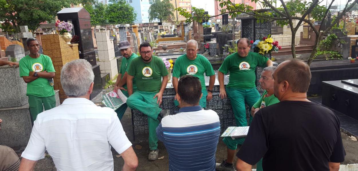 Coveiros de SP denunciam falta de equipamentos contra coronavírus e ameaçam greve