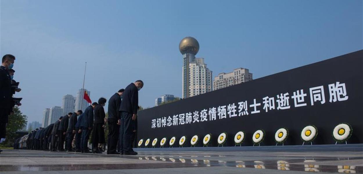 Chineses homenageiam mortos por coronavírus