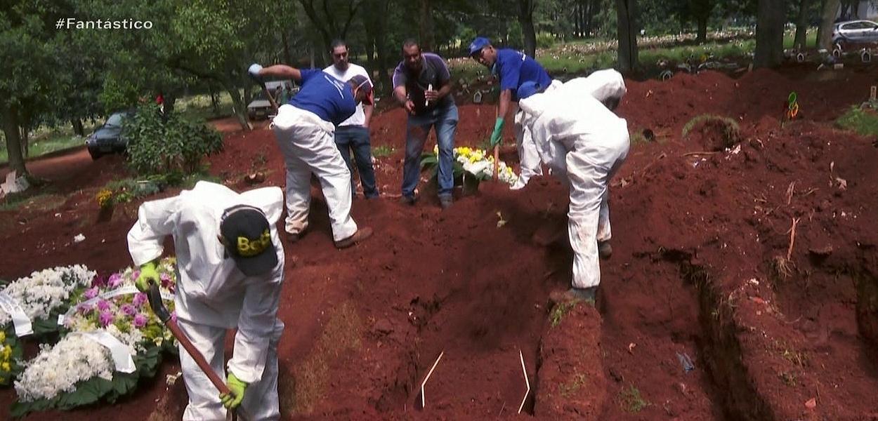 Funcionários abrem novas covas em cemitério para receber mortos por Covid-19