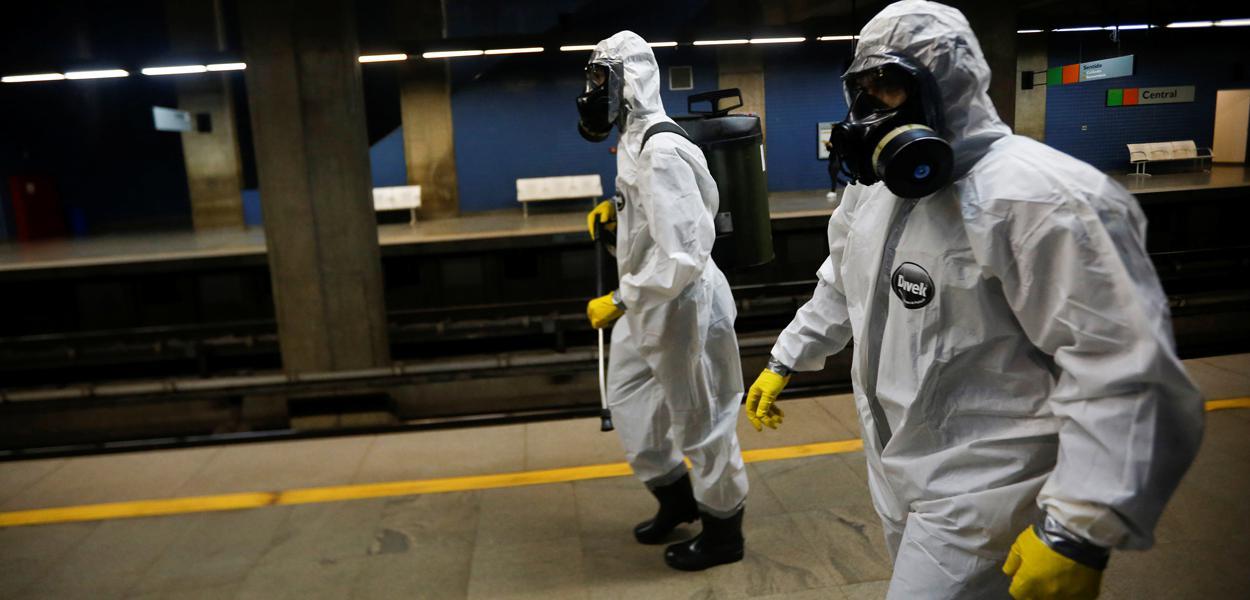 Militares das Forças Armadas desinfetam estação de metrô em Brasília em meio à pandemia do coronavírus29/03/2020 REUTERS/Adriano Machado