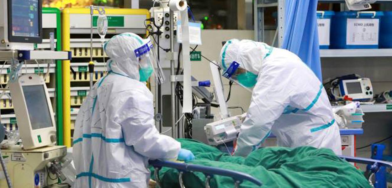 Médicos atendem paciente com coronavírus