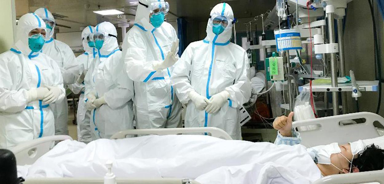 Médicos atendem paciente com Covid-19