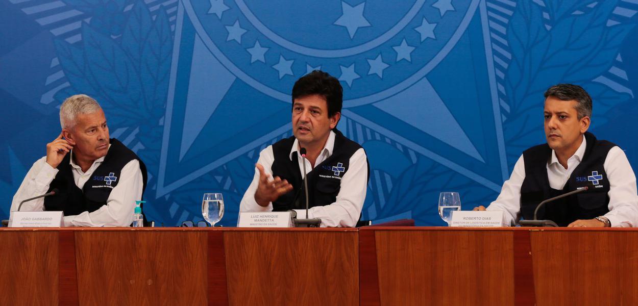 O ministro da Saúde, Luiz Henrique Mandetta, o secretário-executivo, João Gabbardo dos Reis, e o diretor do Departamento de Logística, Roberto Dias, durante a coletiva de imprensa e boletim diário, sobre à infecção pelo novo coronavírus no país