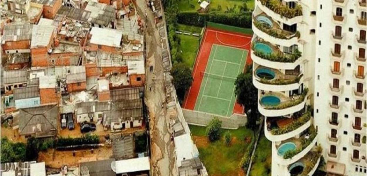 Favela de Paraisópolis ao lado de prédio luxuoso no Morumbi